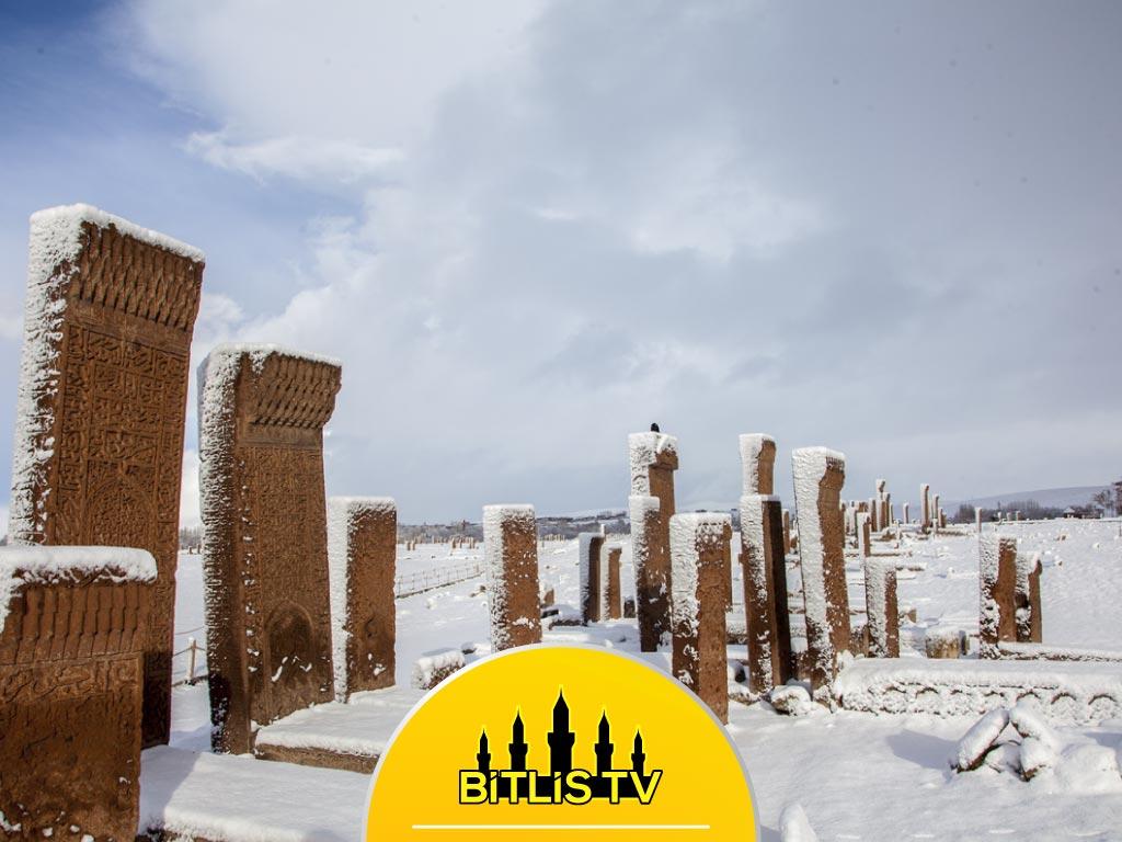 Ahlat'taki Tarihi Yapılar Beyaz Örtüyle Kaplandı